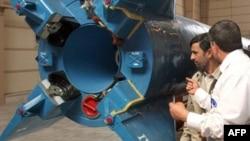 Президент Ирана Махмуд Ахмадинежад осматривает созданную Тегераном ракету-носитель для запуска спутников. Архивное фото. 2008 г.