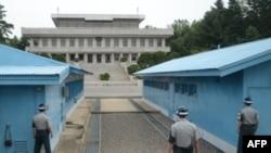 Ba người lính Nam Hàn đứng nhìn sang tòa nhà Panmungak của Bắc Hàn.