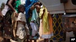 Anak-anak warga Muslim diangkut ke truk untuk mengungsi dari Bangui, Republik Afrika Tengah (14/2).