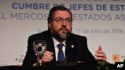 """Chefe da diplomacia brasileira, Ernesto Araújo, diz que """"nada nos solidariza a Cuba"""""""