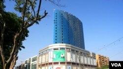 کراچی: فلک بوس عمارتوں کا جال بچھ رہا ہے