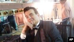 Vince Giordano u garderobi, prije izlaska na pozornicu s njegovim bendom The Nighthawks