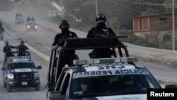 Polisi Meksiko melakukan patroli di salah satu kawasan kartel narkoba di Teloloapan (foto: dok).