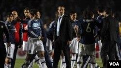 Pelatih Argentina Sergio Batista (tengah) dan para pemainnya kecewa setelah dikalahkan Uruguay lewat adu penalti 5-4 (1-1) dalam perempat final Copa America, Sabtu (16/7).