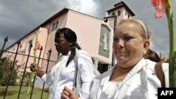 """Bà Laura Pollan (phải) và bà Berta Soler của nhóm """"Phụ nữ Áo trắng"""" dẫn đầu một cuộc biểu tình chống chính phủ ở Havana, ngày 13 tháng 2, 2011."""