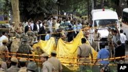 印度新德里高等法院外發生的爆炸﹐當局聲稱是一宗蓄意的恐怖襲擊﹐警員在現場進行清理工作。