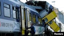 Seorang petugas penyelamat di tempat tabrakan dua kereta api dekat Granges-pres-Marnand, Swiss sebelah barat (29/7). (Reuters/Denis Balibouse)