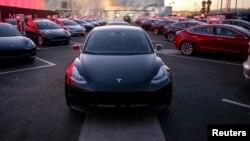 Mobil-mobil Tesla Model 3 dipajang di fasilitas Tesla di Fremont, California (foto: dok).