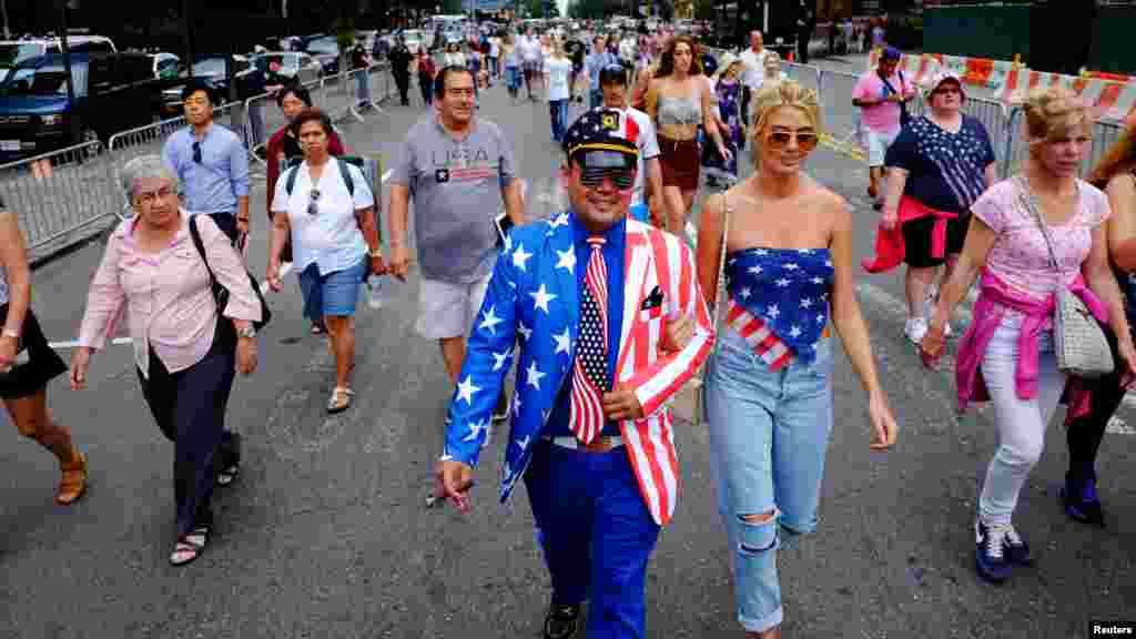 Des gens arrivent avant le début de la célébrations du Jour de l'Indépendance américaines dans de New York, le 4 juillet 2016.