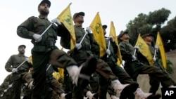 Arxiv fotosu - Hizbullah döyüşçüləri parada zamanı, 12 noyabr, 2010.