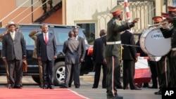 Le président Ougandais Yoweri Museveni (gauche) accueilli par Pierre Nkurunziza, son homologue burundais, mardi 14 juillet 2015, Bujumbura, Burundi.