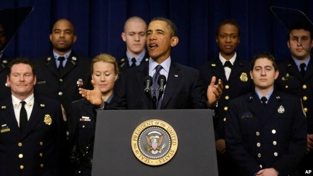 Tổng thống Obama nói về vấn đề ngân sách, đứng cạnh ông là toán nhân viên đảm nhiệm công tác đáp ứng khẩn cấp mà Tòa Bạch Ốc cho biết là sẽ bị ảnh hưởng do hệ quả của việc cắt giảm ngân sách, 19/2/13