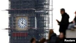 Orang-orang tampak di sekitar Big Ben dengan lempengan jam yang baru di London, Inggris, 3 April 2019. (Foto: Reutes/Henry Nicholls)
