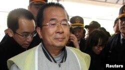 지난해 1월 수감 중에 가족의 장례식에 참석한 천수이볜 타이완 전 총통.
