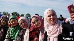 Sejumlah perempuan Muslim berswafoto usai Salat Idul Fitri di Staten Island, New York, 25 Juni 2017. (Foto: Reuters)