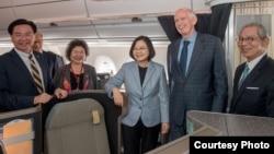 台湾总统蔡英文8月12日过境美国洛杉矶,美国在台协会主席莫健(右二)与台湾驻美代表高硕泰(右一)登机迎接