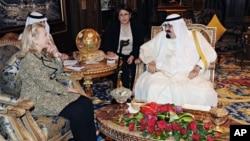 希拉里克林頓與沙特國王(右)會晤。