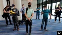 2020年4月4日新奥尔良: 身穿个人防护设备的记者参观临时医院
