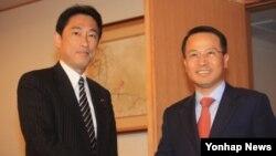 김규현 한국 외교부 제1차관(오른쪽)은 18일 일본 외무성을 방문해 기시다 후미오 외무상과 한일관계 개선 방안을 논의했다.