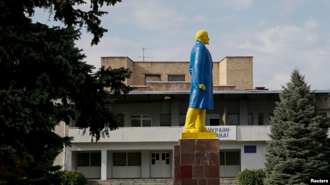 Sovet erasından miras qalmış bolşevik inqilabının rəhbəri Vladimir Leninin heykəlini ukraynalı fəallar milli bayrağın rəngləri ilə boyayıblar.