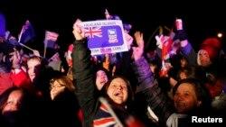 포클랜드에서 10일부터 이틀간 영국령 잔류 여부를 묻는 주민투표가 열린 가운데, 92%가 찬성한 것으로 집계됐습니다. 11일 밤, 투표 결과를 듣고 환호하는 주민들.