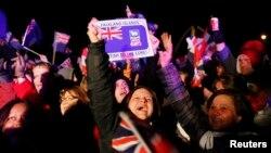 Los residentes de la también llamadas Islas Falkland celebran después de darse a conocer los resultados del referéndum.