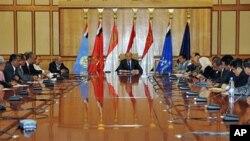 Le vice-président Abd al-Rab Mansur Hadi en réunion avec des membres du parti au pouvoir