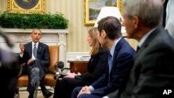 Le président Barack Obama, avec (de gauche à droite), la Secrétaire à la Santé Sylvia Burwell, le directeur des CDC Dr Thomas Frieden, et le directeur de l'Institut National des allergies et maladies infectieuses Dr Anthony Fauci, s'adresse à la presse dans le Bureau Ovale à la Maison Blanche à Washington, le vendredi 20 mai 2016, au sujet du virus Zika.