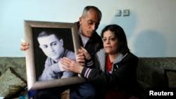 Cha mẹ của Muhammad Musallam, một người Israel gốc Ả Rập bị cáo buộc là gián điệp của Israel, ngồi bên di ảnh của con trai tại nhà ở miền đông Jerusalem 10/3/2015.