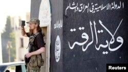 Seorang militan anggota ISIS di Raqqa.
