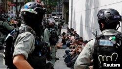 Cảnh sát bắt giữ người biểu tình hôm 27/5.