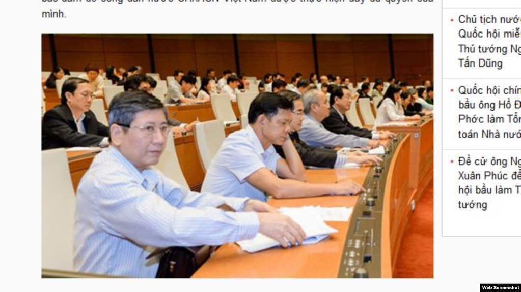 Các đại biểu Quốc hội biểu quyết thông qua một dự luật. Ảnh chụp màn hình trang web vov.vn