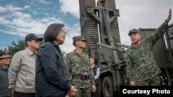 Bà Thái Anh Văn trò chuyện với các binh sĩ Đài Loan.