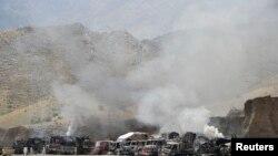 Asap mengepul setelah militan bersenjata berat menyerang pangkalan NATO di daerah Torkham, Afghanistan Senin pagi (2/9).