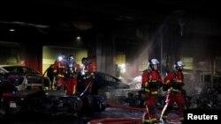 Les pompiers se déploient sur les lieux d'un incendie près de la gare de Lyon à Paris, en France, le 28 février 2020. (REUTERS/Gonzalo Fuentes)