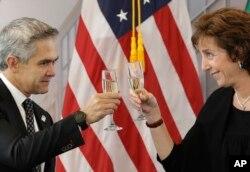 La embajadora de EE.UU. en México, Roberta Jacobson, brinda con el alcalde de Ciudad de México, Miguel Ángel Mancera, durante la ceremonia de colocación de la primera piedra del nuevo edificio de la Embajada estadounidense en la capital mexicana. Feb. 13 de 3018.