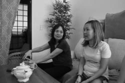 Chị Nguyễn Anh Thư (phải) và Nguyễn Anh Thúy trò chuyện trong nhà của chị Thúy ở Glendale, bang Arizona, ngày 25 tháng 10, 2020.