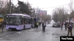Donetskdə tralleybusa qumbara hücumu edilib - 13 nəfər ölüb