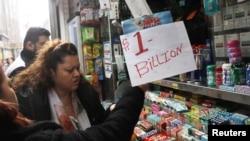 Un cartel improvisado de 'un billón de dólares' (mil millones) anuncia el sorteo de la lotería Mega Millions en un quiosco de Manhattan, Nueva York, el 19 de octubre del 2018.