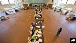 Des agents électoraux vérifient le décompte des voix au 'National Tallying Centre' à Nairobi, au Kenya, le 6 mars 2013.