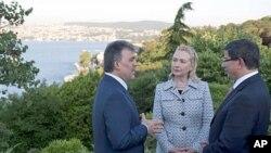 ປະທານາທິບໍດີເຕີກກີ ທ່ານ Abdullah Gul (ຊ້າຍ) ໂອ້ລມກັບລັດຖະມົນຕີການຕ່າງປະເທດສະຫະລັດ ທ່ານ ນາງ Hillary Clinton ແລະລັດຖະມົນຕີການຕ່າງປະເທດເຕີກກີ ທ່ານ Ahmet Davutoglu ທີ່ນະຄອນອິສ ຕັນບູນລ (15 ກໍລະກົດ 2011)