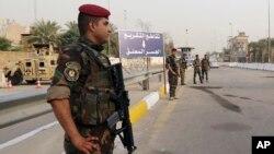 Pasukan keamanan Irak menjaga ketat 'Zona Hijau' di Baghdad, hari Senin (5/10). 37 orang tewas dalam serangkaian serangan bom mobil di seluruh Irak.