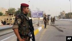 伊拉克安全部队人员检查进入戒备森严的绿区的车辆。(2015年10月5号)