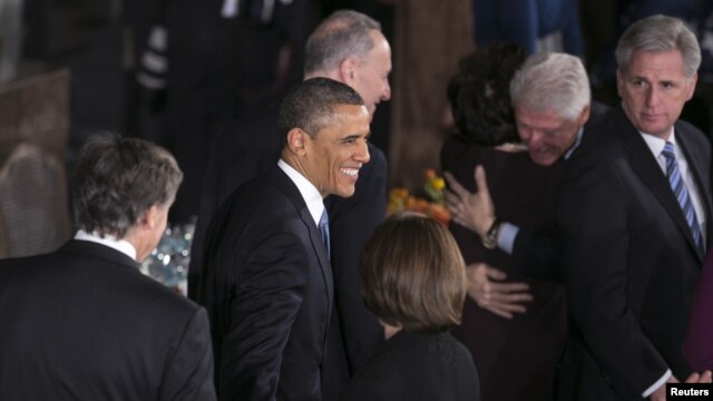 Usai upacara pelantikan, Presiden Obama dan para pejabat AS lainnya melakukan santap siang di aula Statuary Hall, Gedung Capitol, Senin (21/1).
