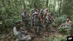 Medan yang sulit di Gunung Salak menyulitkan proses evakuasi oleh tim Basarnas. Kondisi pesawat yang hancur mempersulit pencarian kotak hitam, yang hingga kini belum ditemukan (foto: dok).