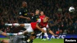 Theo Walcott dari Arsenal mencetak gol melawan Wigan Athletic dalam Liga Premier Inggris di Stadion Emirat London (14/5).