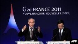 Chủ tịch EU Heman Van Rompuy (trái) nói chuyện tại một cuộc họp báo ở Cannes