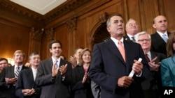 ီီရီပတ္ဘလီကင္ပါတီဝင္ ေအာက္လႊတ္ေတာ္ဥကၠ႒ John Boehner (ယာ)