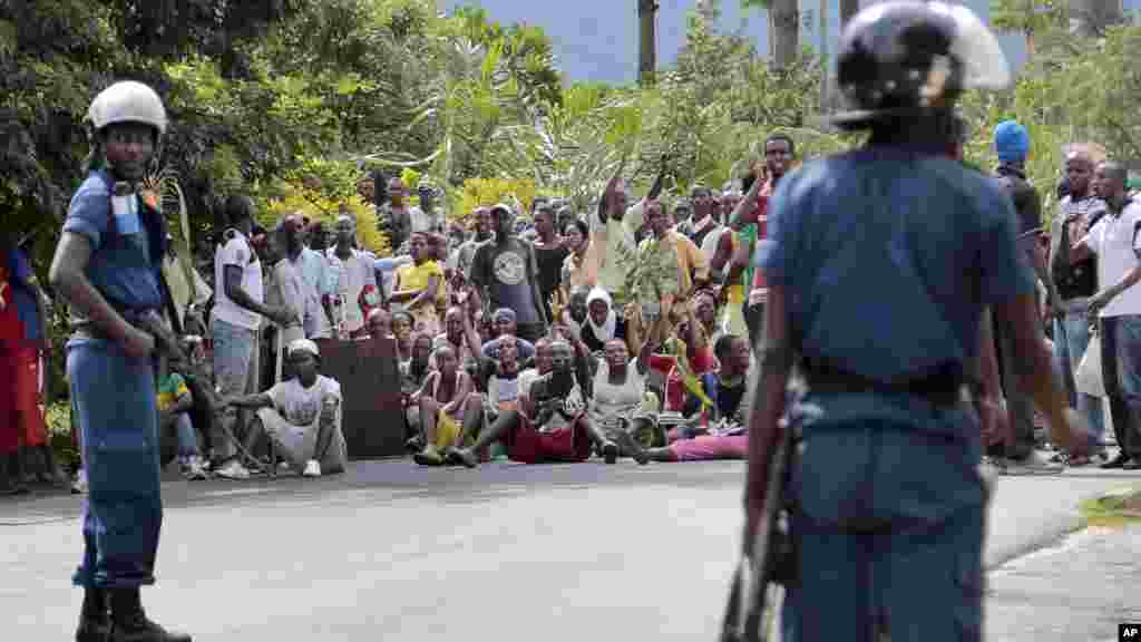 Demonstrators trying to march to the town center confront police, before they were dispersed with tear gas, in the Ngagara district of Bujumbura, Burundi, May 13, 2015.