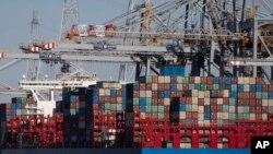 Peti kemas di Pelabuhan Antwerp, Belgia, 23 Maret 2020. (Foto: dok). Dengan ribuan kontainer tiba di Antwerpen setiap hari, kota pelabuhan Belgia ini berpotensi menjadi salah satu pintu utama masuknya narkoba ke Eropa.
